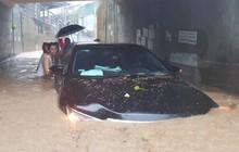 """Chùm ảnh ngập lụt kinh hoàng ở TP.Nha Trang: Ô tô """"bơi"""" như tàu ngầm, đồ vật trong nhà chìm trong biển nước"""