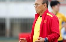 HLV Park Hang-seo có hành động lạ khiến tất cả chú ý trong buổi làm quen sân thi đấu AFF Cup 2018