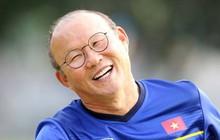 """Xuân Trường, Quang Hải hát """"Bụi phấn"""" tặng HLV, nhưng phản ứng của """"thầy"""" Park mới là điều thú vị!"""