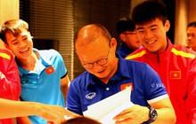 HLV Park Hang-seo cười hết nấc khi xem tranh chân dung do tuyển thủ Việt Nam phóng tác