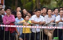 Hàng trăm người dân xếp hàng chờ đợi trước nhiều giờ đồng hồ để tận mắt chiêm ngưỡng các mẫu xe VinFast