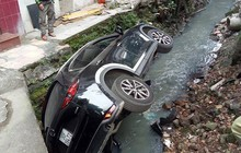 Ninja tối thượng: Lại thêm một nữ tài xế lái CX-5 lao thẳng xuống mương nước thải tại Hà Nội