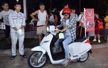 Người dân xếp hàng để trải nghiệm đi thử xe máy điện thông minh Klara tại khuôn viên công viên Thống Nhất