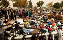 Dân California dựng lều tạm ở bãi gửi xe sau cháy rừng, giờ lại phải đối mặt nguy cơ lũ quét