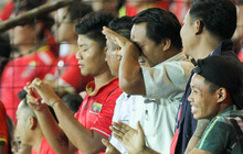 """CĐV Myanmar bật khóc khi đội nhà cầm hoà Việt Nam, không thể đi """"giải quyết nỗi buồn"""" vì lý do hy hữu"""