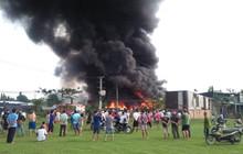 TP. HCM: Đang cháy lớn tại xưởng keo ở vùng ven, 10 xe cùng hàng trăm cán bộ chiến sĩ PCCC được điều đến dập lửa