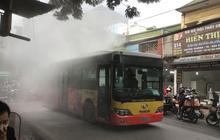 Hà Nội: Xe bus đang đi bất ngờ bốc khói mù mịt khiến nhiều người hoảng loạn