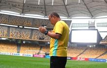 """Thầy Park cầu nguyện trong lòng """"chảo lửa"""" Bukit Jalil của Malaysia"""