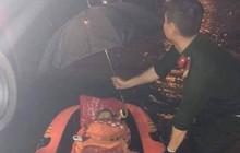 Giải cứu một thai phụ cùng 2 con nhỏ bị mắc kẹt trong vùng ngập nước ở Đà Nẵng