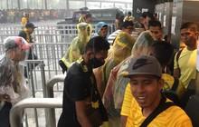 [Cập nhật] Mưa rơi nặng hạt bên ngoài sân Bukit Jalil trước giờ bóng lăn