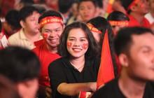 CĐV rạng rỡ cờ hoa xuống phố, hừng hực khí thế cổ vũ đội tuyển Việt Nam quyết thắng