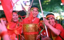 """CĐV mang """"cúp vàng"""" và cờ hoa xuống phố, cổ vũ đội tuyển Việt Nam trong trận chung kết lượt đi AFF Cup gặp Malaysia"""