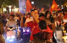 Việt Nam hoà 2-2 vì cơ hội thắng AFF CUP vẫn còn rất lớn, hàng trăm sinh viên quẩy nhạc sàn cực sung ăn mừng
