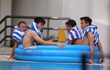 Tuyển Việt Nam ngâm mình trong nước đá để hồi phục sau trận đấu với Malaysia