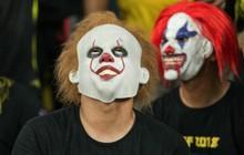 """CĐV Malaysia đeo mặt nạ kinh dị """"Gã hề ma quái"""" trong bộ phim ăn khách IT"""
