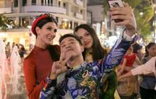 """Hương Giang cùng Chị Đại """"Asia's Next Top Model"""" bị vây kín ở phố đi bộ Nguyễn Huệ"""