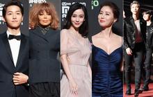 """Siêu thảm đỏ MAMA Hong Kong: Angela Baby đối đầu """"mẹ Kim Tan"""", Song Joong Ki, BTS và Janet Jackson dẫn đầu dàn sao"""