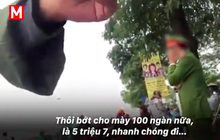 """Clip: Cận cảnh những pha """"chặt chém"""" của dân phe vé trước mặt công an, giá vé chợ đen trận Việt Nam-Malaysia lên 18 triệu đồng/cặp"""