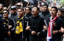 Video Ultras Malaysia đại náo phố cổ, đọ giọng với phụ nữ và trẻ em Hà Nội