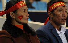 Bố mẹ cầu thủ Việt Nam suy tư, bồn chồn ngồi chờ đến giờ con trai đại chiến với Malaysia