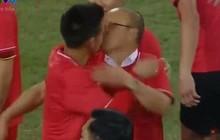 Truy tìm chàng trai đã trót có nụ hôn với HLV Park Hang Seo trong giây phút chiến thắng!