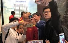 Gặp đội tuyển Việt Nam đi ăn sáng, người hâm mộ vây kín chụp hình cùng các thần tượng