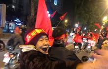 """""""Tâm bão"""" đêm nay: Hình ảnh cụ bà ngồi sau xe máy bắt tay, ăn mừng Việt Nam vô địch khiến giới trẻ cũng nể phục bội phần"""