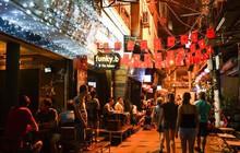 """Những con phố """"không ngủ"""" là tụ điểm lý tưởng để rủ rê """"chiến hữu"""" ăn mừng chiến thắng của đội tuyển Việt Nam"""