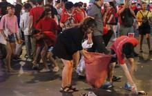 Rác chất thành từng đống trên phố đi bộ sau trận chung kết AFF Cup, nhiều bạn trẻ toát mồ hôi thu gom vẫn không xuể