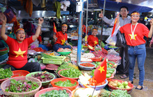 """Không khí bóng đá len lỏi đến cả khu chợ nhỏ, chị em tiểu thương Đà Nẵng mặc đồng phục treo cờ """"tiếp lửa"""" cho đội tuyển Việt Nam"""