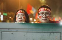 Bộ ảnh cổ vũ đội tuyển Việt Nam đáng yêu của sinh viên Thương mại: Khi tình yêu bóng đá và tình yêu đôi lứa hoà chung nhịp đập