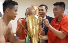 Những người hùng ĐT Việt Nam mời thầy Park uống bia đựng trong cúp vàng AFF