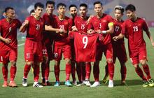 Vừa yêu vừa cảm phục các cầu thủ Việt Nam vì loạt khoảnh khắc giản dị nhưng rất ấm áp
