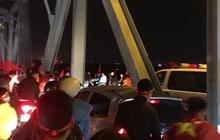 """Trong niềm vui tột đỉnh, CĐV Hà Nội vẫn ăn mừng văn minh: Cùng """"mở đường"""" cho xe cứu thương qua cầu Chương Dương"""