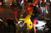 """CĐV Sài Gòn khuân vác xe máy qua dải phân cách, biến đường 2 chiều thành 1 chiều để đi """"bão"""" sau chiến thắng của ĐT Việt Nam"""