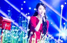 Hành động đẹp của IU để tưởng nhớ Jonghyun tại concert khiến fan SHINee xúc động