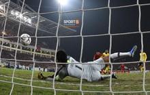Góc ảnh độc đáo: Khoảnh khắc Anh Đức vô-lê tung lưới Malaysia nhìn từ phía sau cầu môn