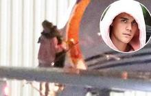 Đang bước lên phi cơ riêng, Justin Bieber bỗng xúc động không rõ lý do, khiến Hailey phải ôm động viên