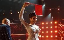 H'Hen Niê hạnh phúc cầm cao cờ Tổ quốc trên sân khấu chung kết Miss Universe 2018