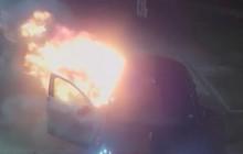 Anh: Hai thanh niên say rượu tưới xăng đốt xe taxi cho vui, mỗi người nhận ngay 6 năm tù vì chơi dại