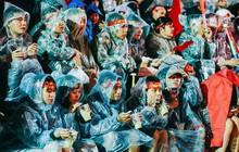 """Đà Lạt bình yên là thế mà cũng phải """"nổ tung"""" vì chiến thắng của ĐT Việt Nam: Hàng ngàn người mặc áo mưa cổ vũ rồi ùa ra đường đi """"bão"""""""