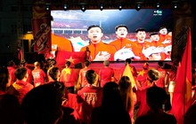 Hàng nghìn CĐV tại 2 đầu đất nước cùng nhau tạo triệu lượt phất cờ cho chiến thắng của đội tuyển Việt Nam