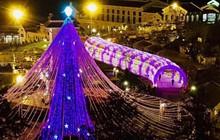 Hàng ngàn du khách đổ về Fansipan, háo hức check-in cây thông ánh sáng khổng lồ