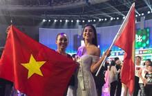 Tiểu Vy cùng mẹ cầm cờ Tổ quốc, rạng rỡ ghi lại khoảnh khắc đáng nhớ trên sân khấu chung kết Miss World 2018