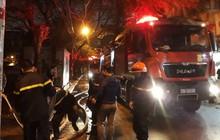 Hà Nội: Cháy ngùn ngụt kiến trúc nghệ thuật đình cổ, hàng chục chiến sĩ PCCC ra sức dập lửa