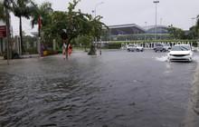 Đà Nẵng: Hầm chui 118 tỉ đồng bị ngập nặng, đường vào sân bay bị nước bủa vây, hàng loạt phương tiện chết máy
