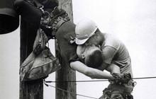 """Sự thật đằng sau bức ảnh """"nụ hôn đồng tính"""" của hai công nhân ngành điện lay động hàng triệu trái tim"""