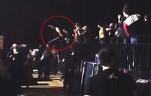 Clip: Lana Del Rey bị fan cuồng nhảy lên người khi đang rời sân khấu?