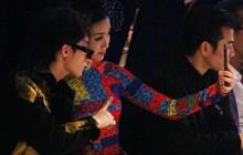Sơn Tùng M-TP nhắng nhít selfie cùng Hoa hậu Đỗ Mỹ Linh trên hàng ghế đầu show thời trang