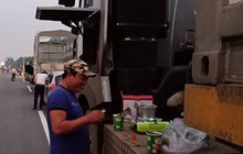Lật xe trên cao tốc, nhiều tài xế nấu mì giữa đường chống đói